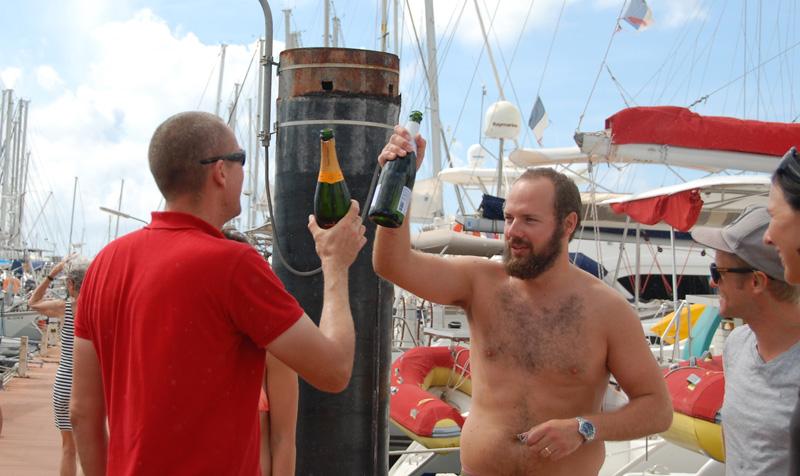Henrik, der Skipper der Song of the Sea bergüßt uns angemessen mit seiner Crew