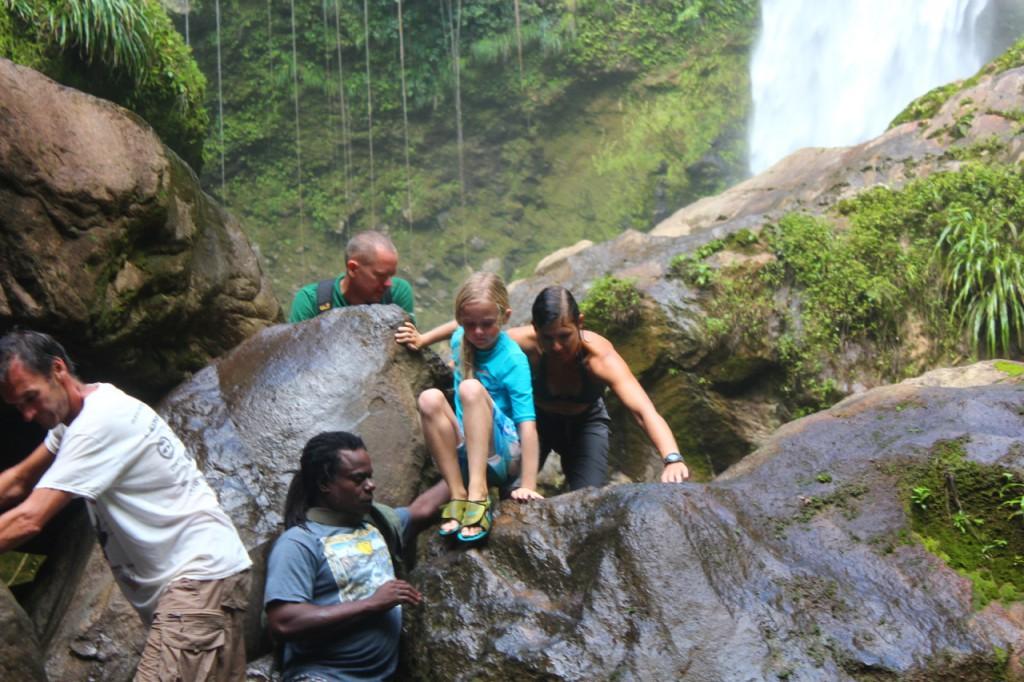 Wir kletterten über rutschige Felsen und Steine