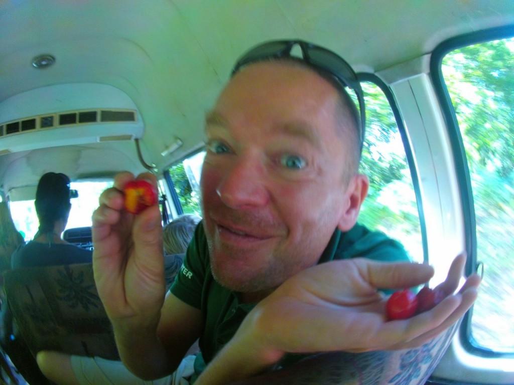 Papa probiert fremde Früchte