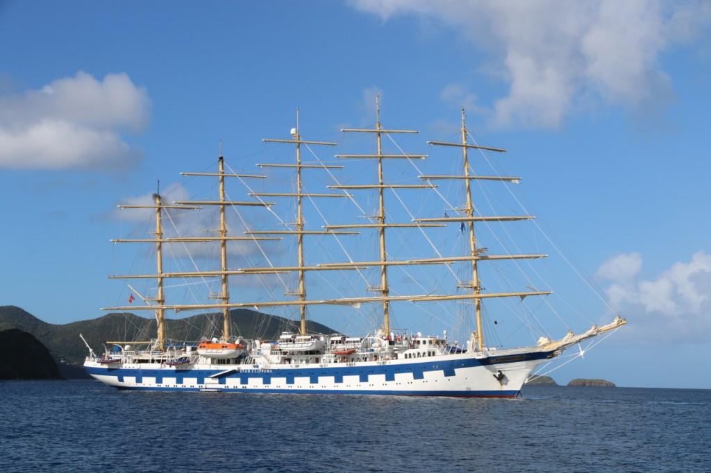 Große Segel-Kreuzfahrtschiffe gehen hier vor Anker
