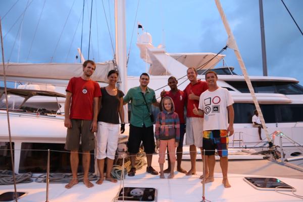 Die ganze Crew im Kanal (v.l. Lucas, Heide, Edward (Advisor), Mina, Abdel (Linehandler), Fritze und Esteban)