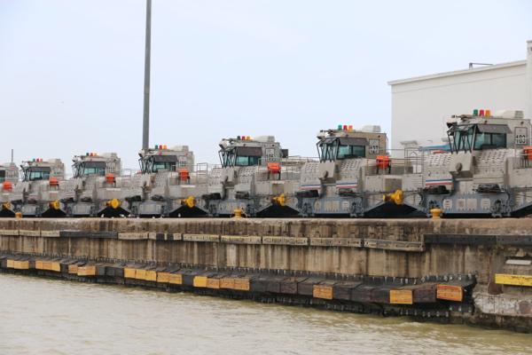 Loks für die Locks. Mit diesen Loks werden die großen Schiffe in den Schleusenkammern bewegt