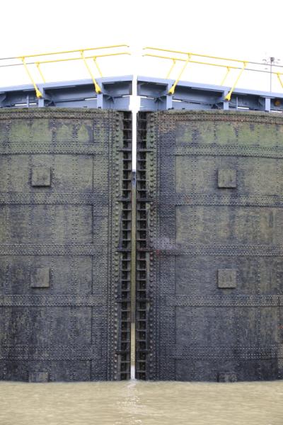 Die Tore der Gatun-Schleuse; hundertjähriger Stahl, Nieten statt Schweißnähte
