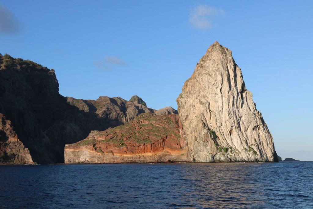 Felsen ragen aus dem Meer