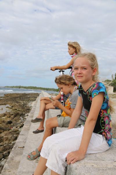 Die Kids am Strand mit Blick auf den Ozean