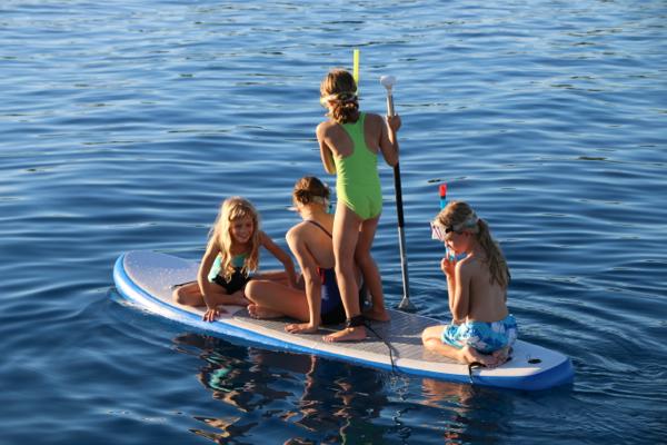 Franka, Paula, Louisa und Mina auf dem Paddelboard