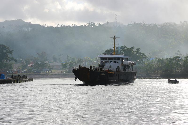 Das Versorgungsschiff hat gerade gedreht, um die Steuerbordseite zu entladen