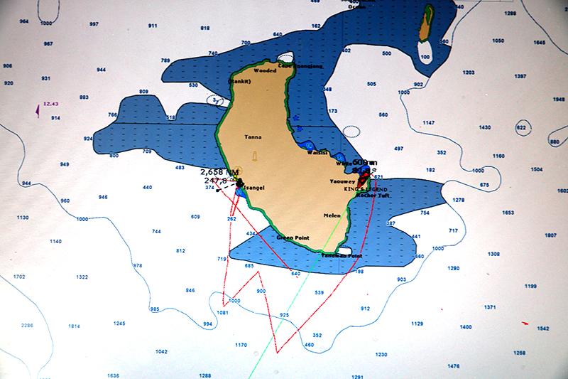 Die Kreuz um Tanna. Wir schaffen 40° schenbaren und etwa 60° wahren Wind. Die nach west setzende Strömung hilft nicht wirklich...