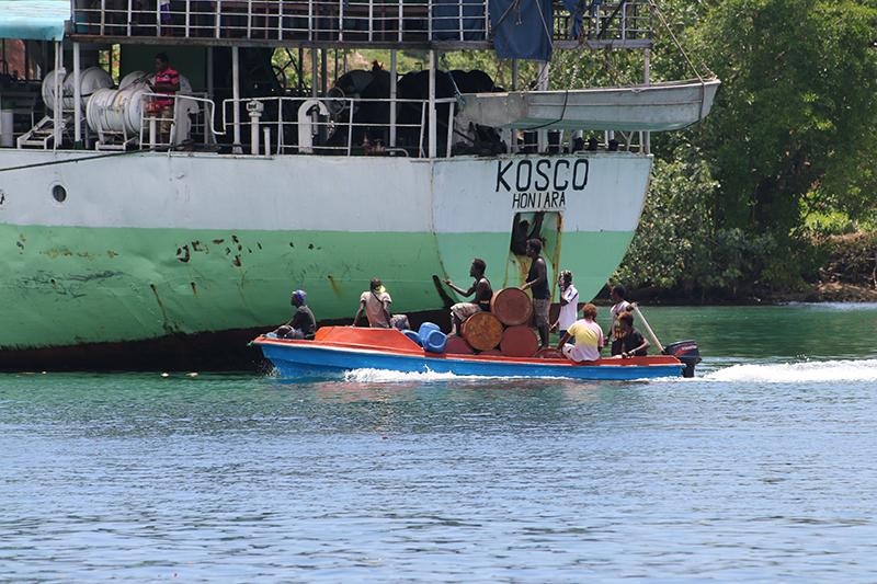 In Seghe werden in kleinen Booten Waren für den Frachter gebracht
