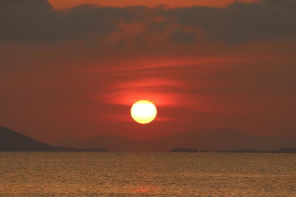 Die Affen sind für ein Foto zu weit weg. Aber der Sonnenuntergang entschädigt uns (und die Leser).