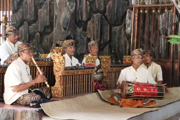 Diese Jungs zeigen, dass man auch auf Bali E-Musik macht. Sehr E.