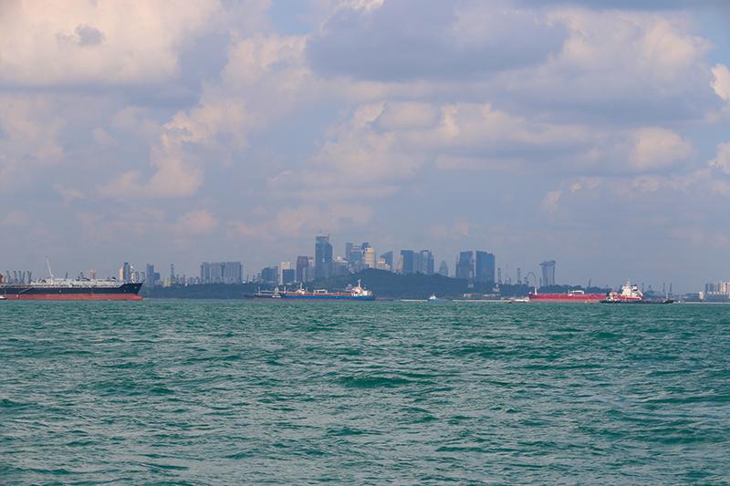 Zwischen uns und Singapur liegt nur noch die befahrendste Wasserstraße der Welt
