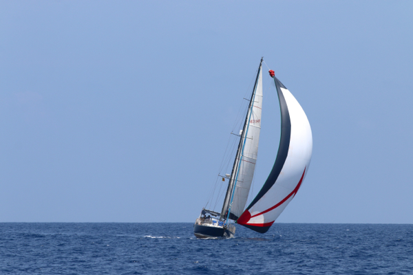 Westlich der Malediven nimmt Tinkerbel unter dem riesigen Genaker Fahrt auf
