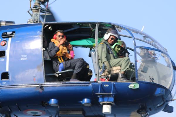 Guardian Angels: Die Indische Marine besucht uns. Man beachte die maskulin-pinke Handy-Hülle