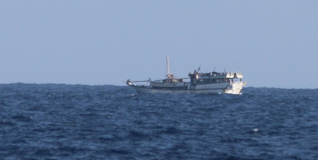 Boote, die Boote transportieren, dazu mindestens sieben 200-Literfässer an Deck: So sehen Piraten aus