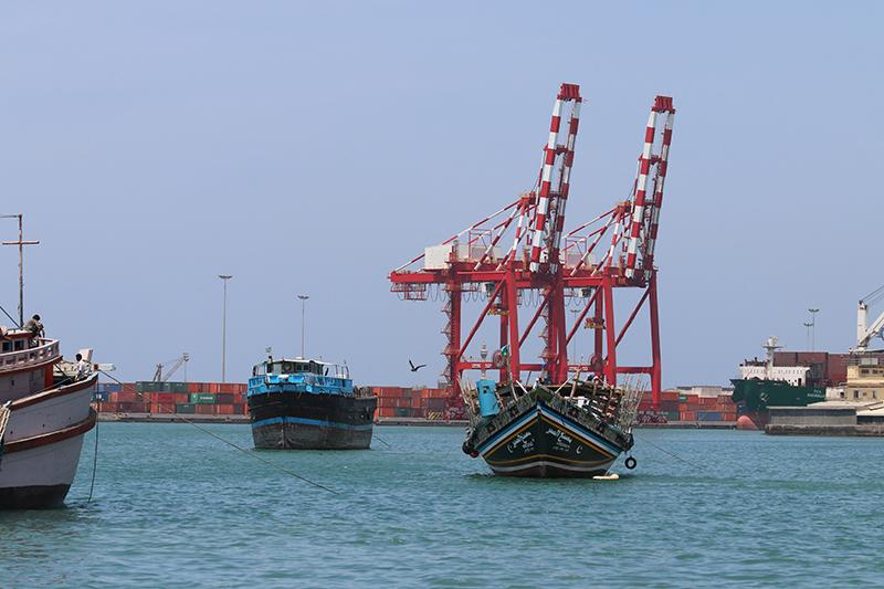 Alt trifft neu im Hafen von Djibouti. Ankernachbarn.