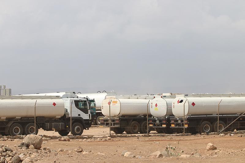 Eine kleine Gruppe Tanklastzüge hat sich von der Herde entfernt. Es gibt hunderte.