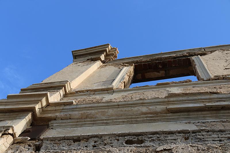 Ein Blick entlang der Fassade in den Himmel