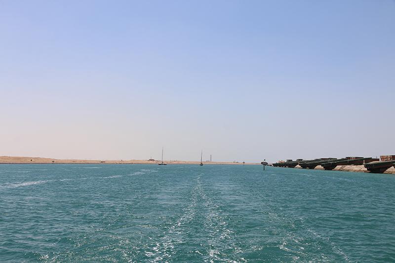 Unser Kielwasser im Suez-Kanal. Hinter uns Bayou und Tinkerbel.