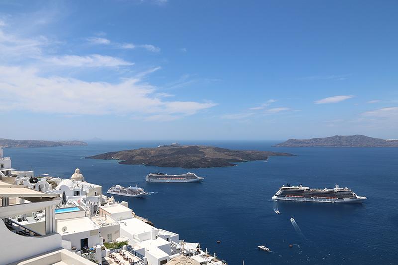 Ein Blick in die Caldera von Santorini. Tausendmal geknipst, trotzdem wunderbar.