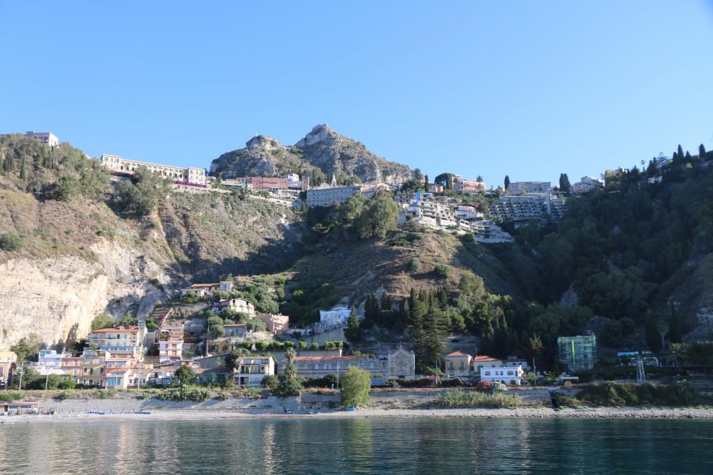 Ein Blick von unserem Ankerplatz auf die Unterstadt von Taormina.