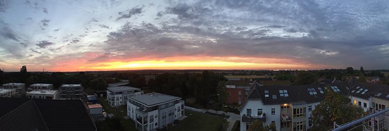 Panorama von der Dachterrasse: Wer sagt den, Düsseldorf könne keine Sonnenaufgänge